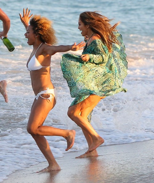 بالصور صور بنات بالمايوه , صور بنات يستمتعن بالبحر 6297 11
