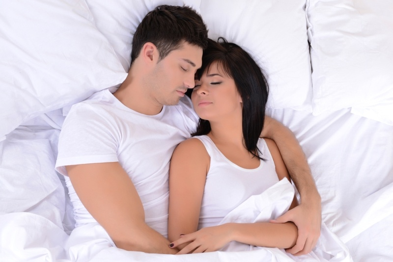بالصور افضل طريقه للنوم في حضن الزوج , نوم الزوجين ممع بعضهما لبعض 12723